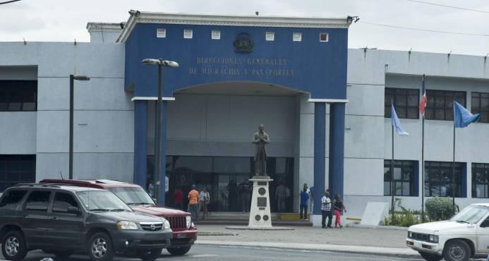 Migración informa desbloqueará los pasaportes de naturalizados