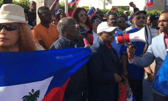 Haitianos se manifiestan cerca de Mar-a-Lago para exigir disculpas a Trump