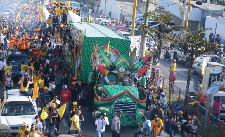 Siete  horas de desfile y una noche de histeria colectiva en celebración triunfo de Las Águilas